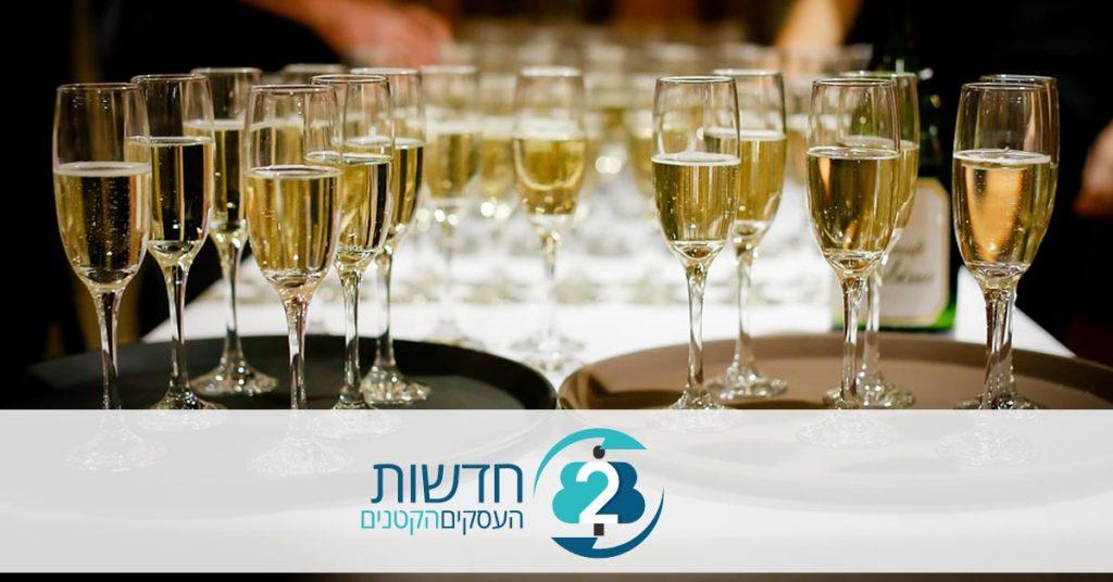 כוסות שמפניה באולם אירועים
